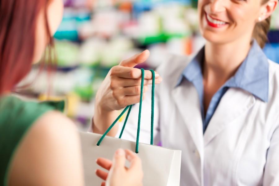 Problemi intimi femminili: una ragazza acquista in farmacia