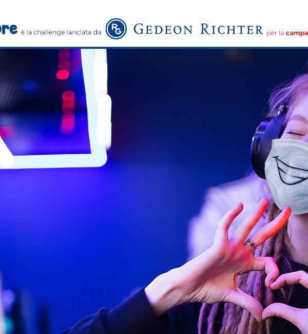 Una ragazza partecipa con mascherina, dita a forma di cuore e un sorriso alla video challenge SORRIDO COL CUORE di Gedeon Richter Italia