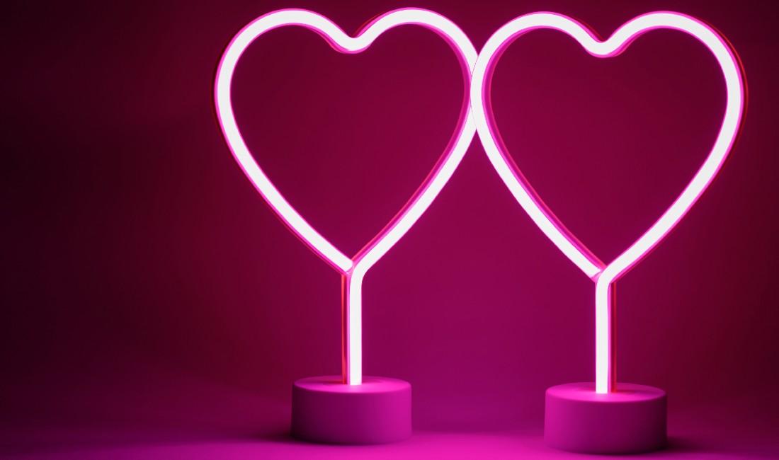 Due cuori di luce neon