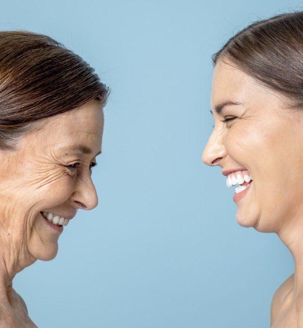 Una donna matura e una giovane donna si guardano ridendo