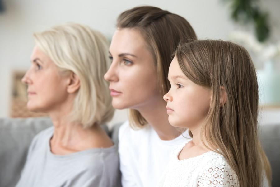 Tre volti di donna di età diverse: bambina, giovane donna e donna matura