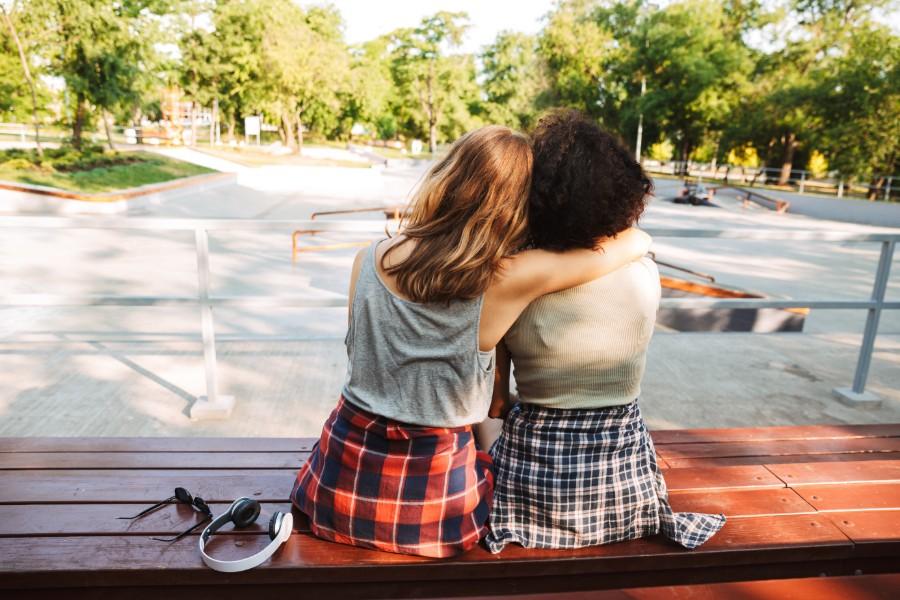 Due ragazze riprese di spalle si abbracciano
