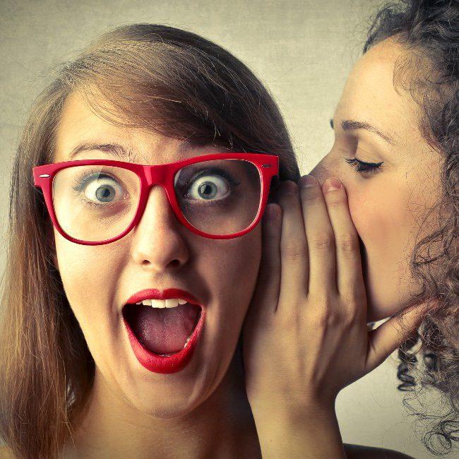Ragazza sussurra all'orecchio dell'amica 10 cose da sapere sul corpo umano femminile
