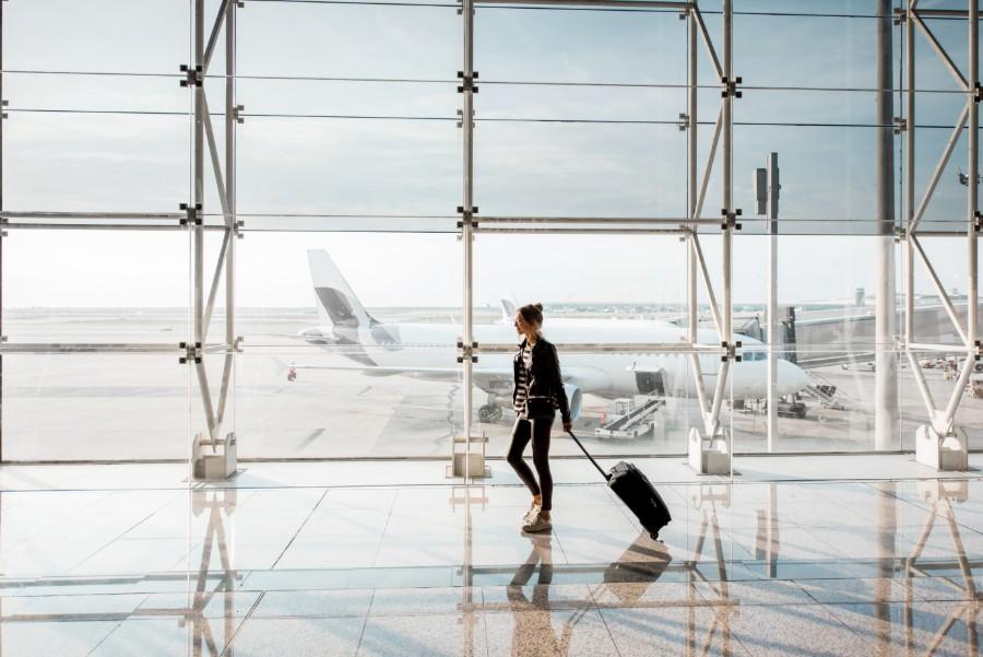 Una ragazza da sola in aeroporto