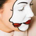 Volto di donna con dipinte due facce