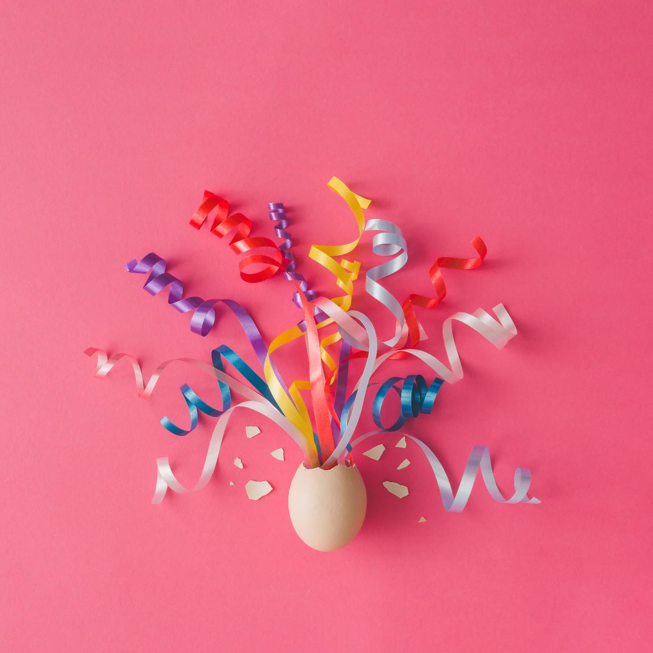 Egg Freezing party - festa a tema fertilità femminile. Un uovo da cui escono festoni colorati