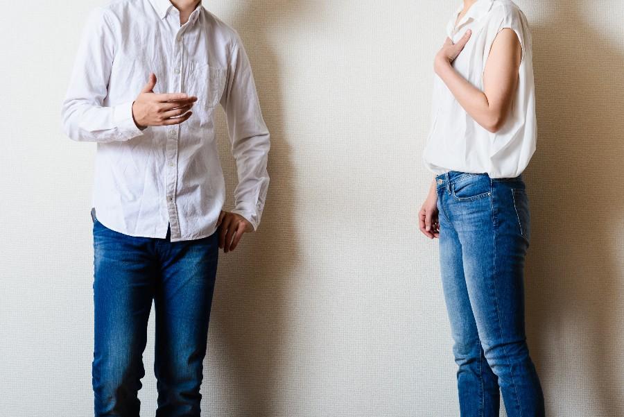strategie di gestione dei conflitti: nell'immagine una coppia parla accusandosi