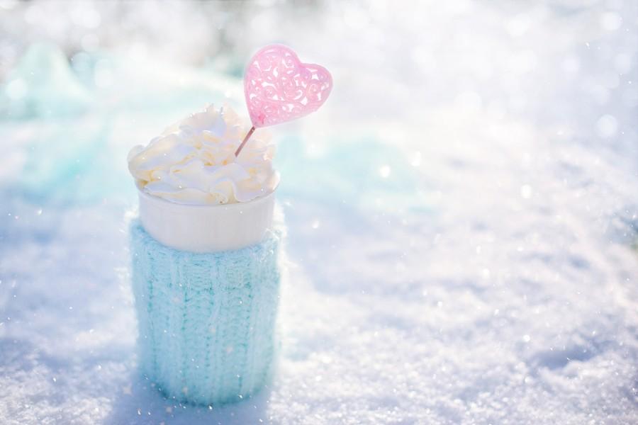 Prepararsi ad affrontare l'inverno: nell'immagine una tazza colma di panna montata.