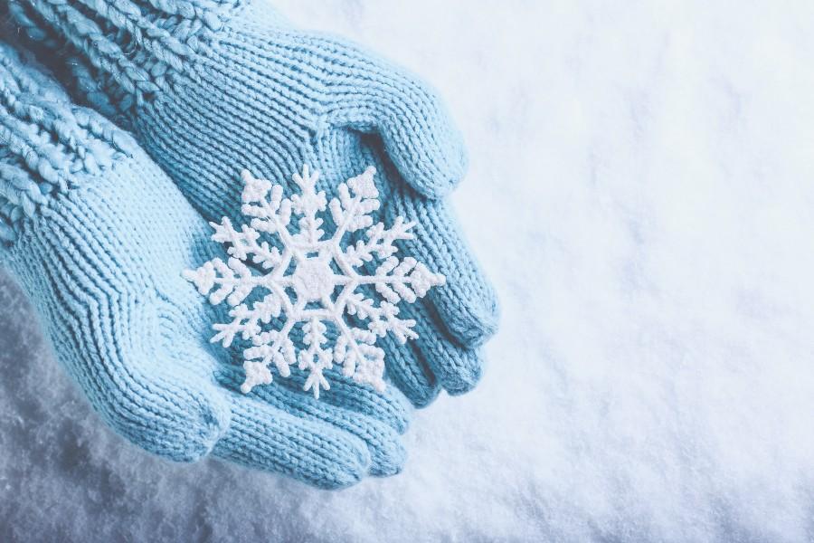 Prepararsi ad affrontare l'inverno: nell'immagine un fiocco di neve tenuto tra le mani.