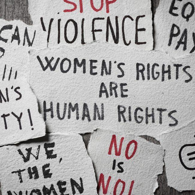 Parità di genere concept: diverse scritte per la lotta ai diritti delle donne