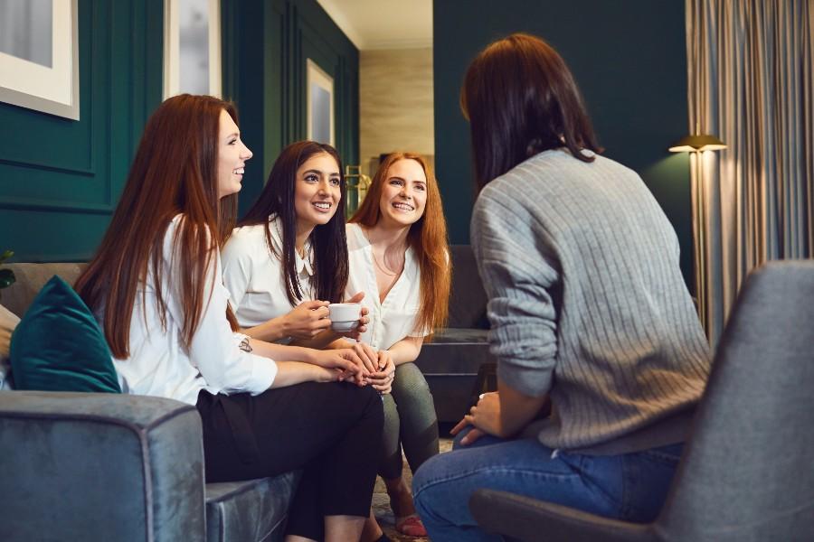 Parità di genere concept: ragazze parlano tra loro