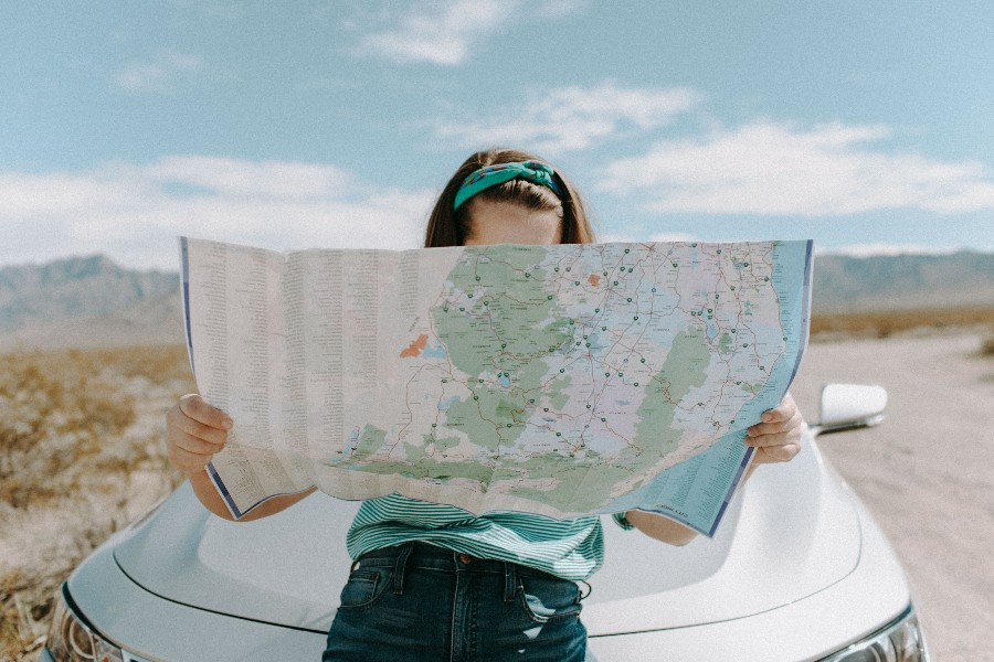 Luoghi da visitare almeno una volta nella vita: ragazza con mappa - Foto di Leah Kelley da Pexels