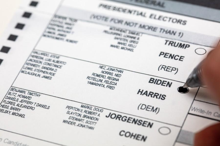 Scheda di voto per la presidenza USA con i nomi di Biden e Harris.