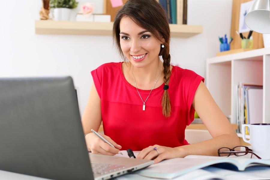 Integratori alimentari: nell'immagine una donna al lavoro sul computer