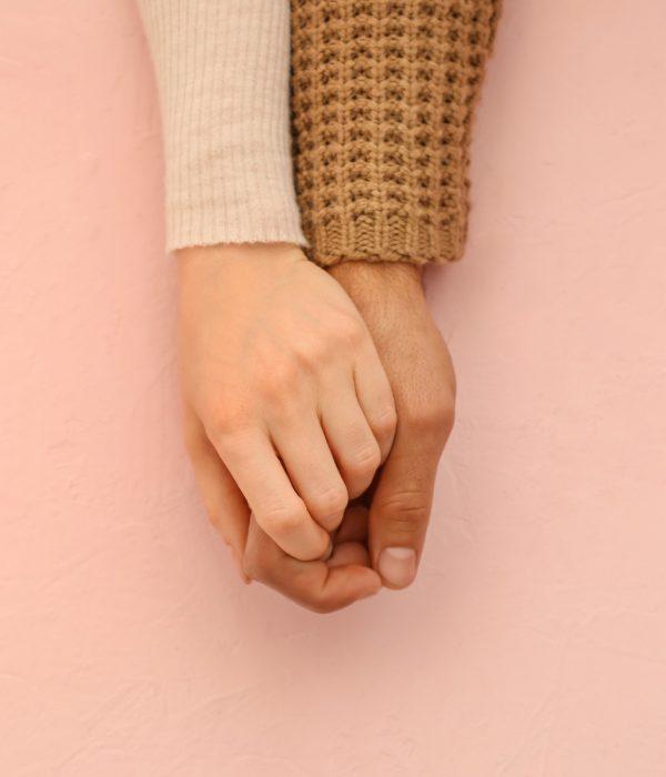 Supporto psicologico quando non si rimane incinta: nell'immagine mani di una coppia intrecciate