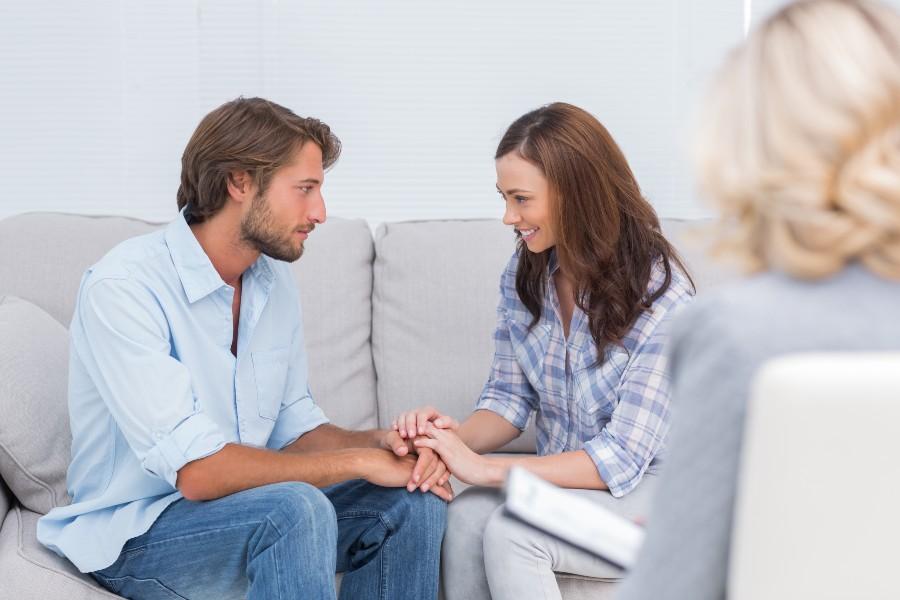 Supporto psicologico quando non si rimane incinta: nell'immagine una coppia dallo psicologo