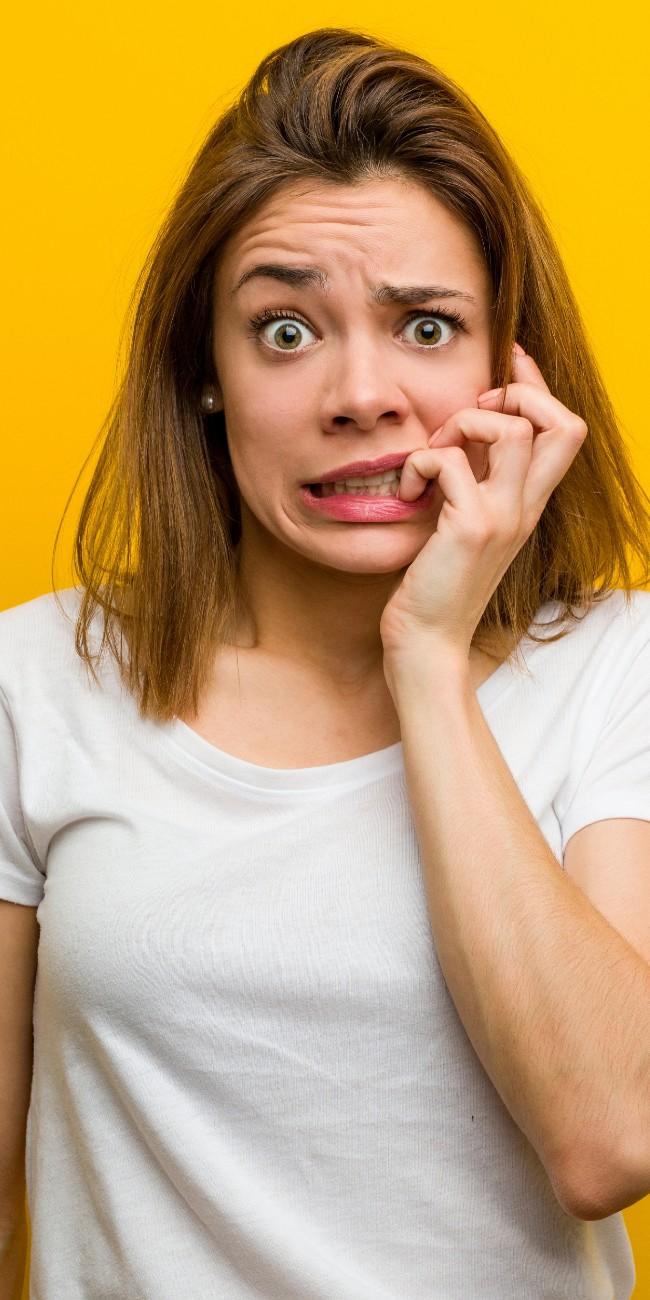 Tocofobia, paura del parto: nell'immagine giovane donna con espressione terrorizzata