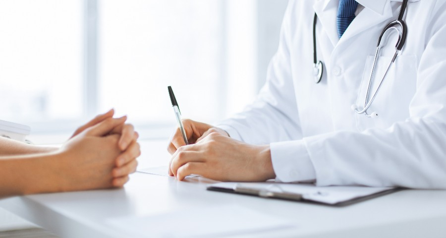 Vaccinazioni obbligatorie e consigliate per le donne: nell'immagine medico e paziente