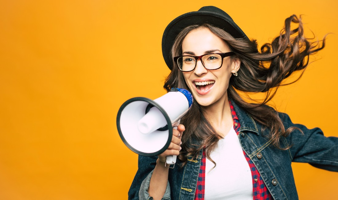 Ciclo mestruale e fertilità femminile: ragazza con megafono