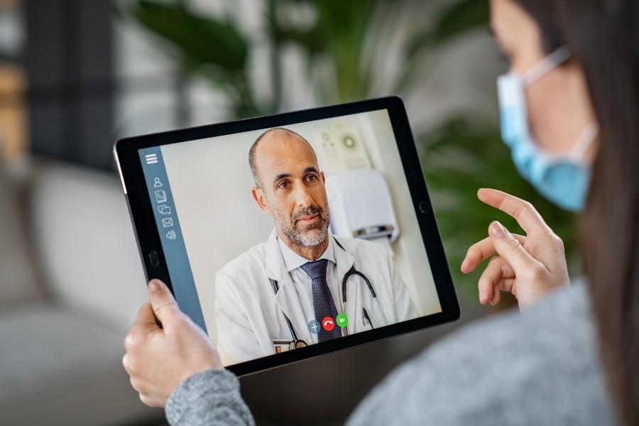 Informazioni sulla salute: collegamento online con il medico, concept