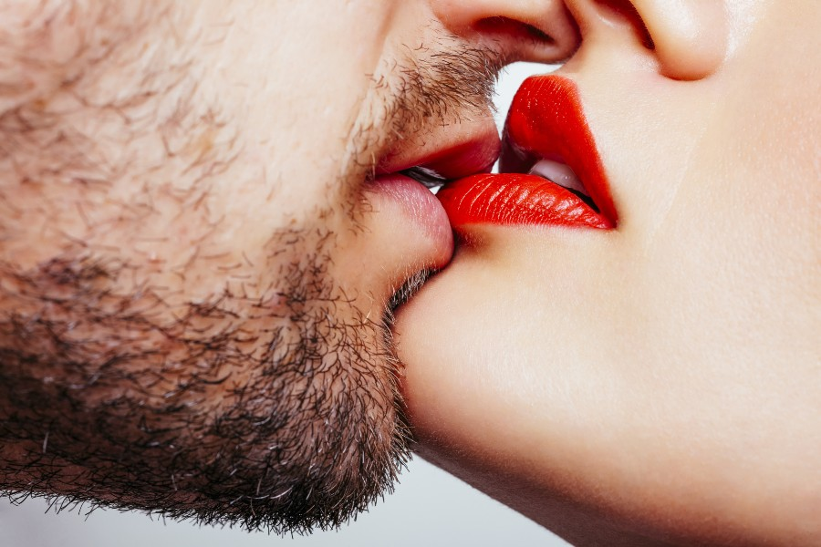 Regali di coppia per San Valentino: bacio tra partner