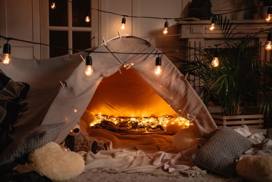 Regali di coppia per San Valentino: una notte in tenda allestita in salotto