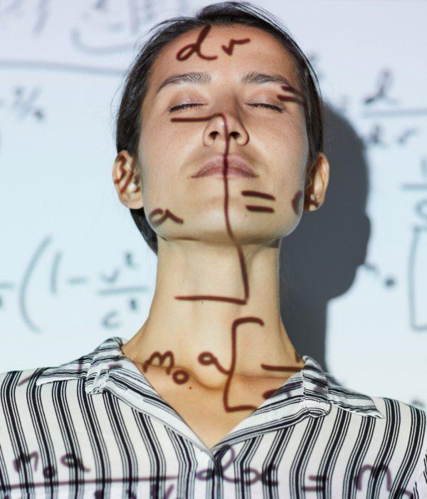 Donne importanti nella scienza: nell'immagine donna con formule matematiche