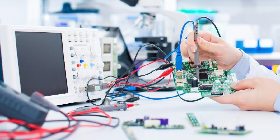 Donne importanti nella scienza: nell'immagine una ingegnere robotica