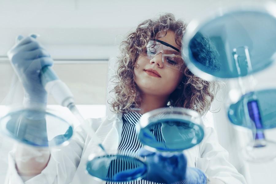 Donne importanti nella scienza: nell'immagine una ricercatrice
