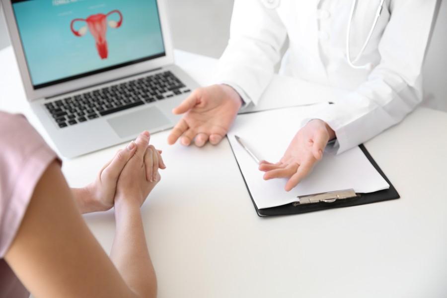 Endometriosi e gravidanza: nell'immagine una ragazza durante un consulto ginecologico
