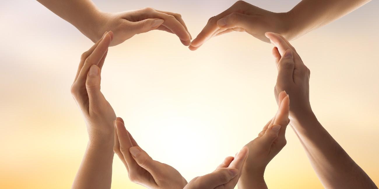 Eventi di prevenzione e sensibilizzazione sull'endometriosi. Nell'immagine cuore formato da mani di donne.