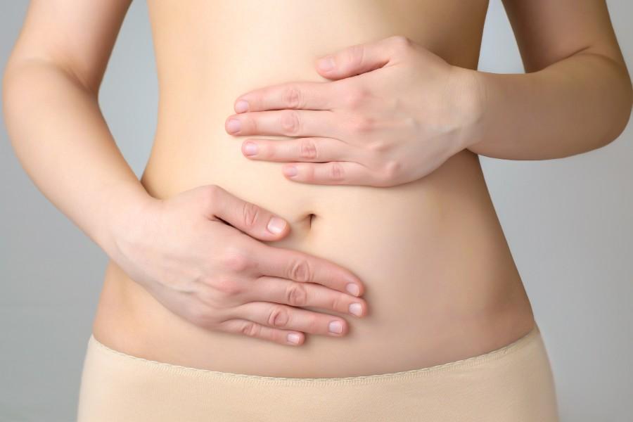Eventi di prevenzione e sensibilizzazione sull'endometriosi. Nell'immagine mani di donna sul ventre