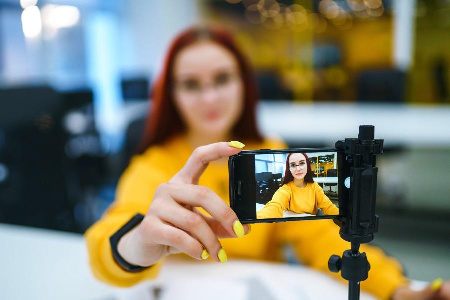 Eventi di prevenzione e sensibilizzazione sull'endometriosi. Nell'immagine una ragazza si scatta un selfie per Endomarch 2021