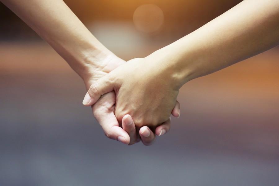 infertilità e sostegno psicologico durante il percorso di PMA: nell'immagine coppia si stringe le mani