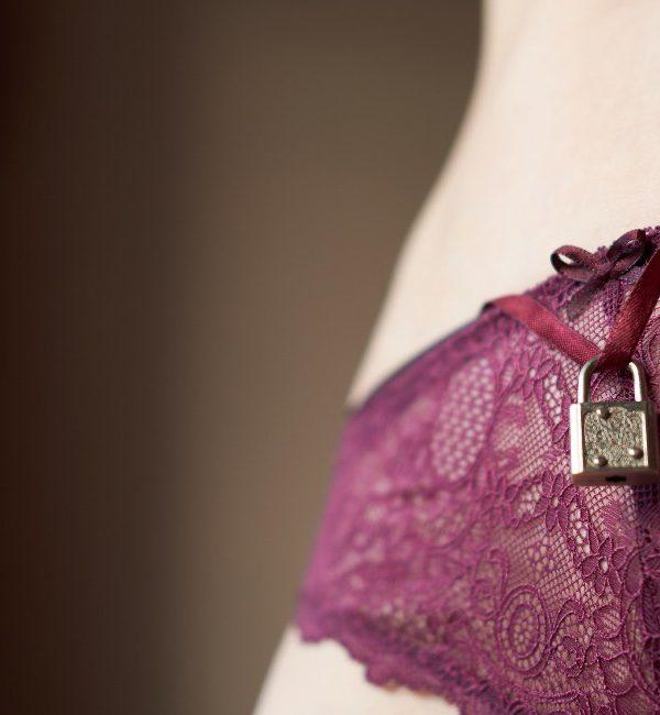 lucchetto su slip femminili come concept di verginità femminile