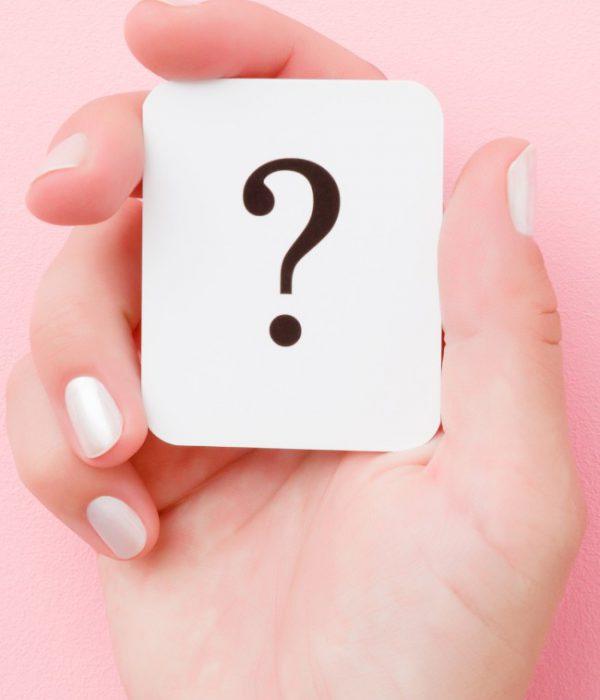 Mano con carta con punto di domanda - Concept di domande e risposte sull'Egg Freezing
