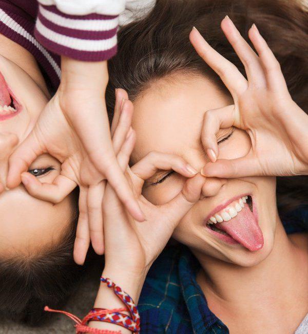 Due ragazze adolescenti e sorridenti