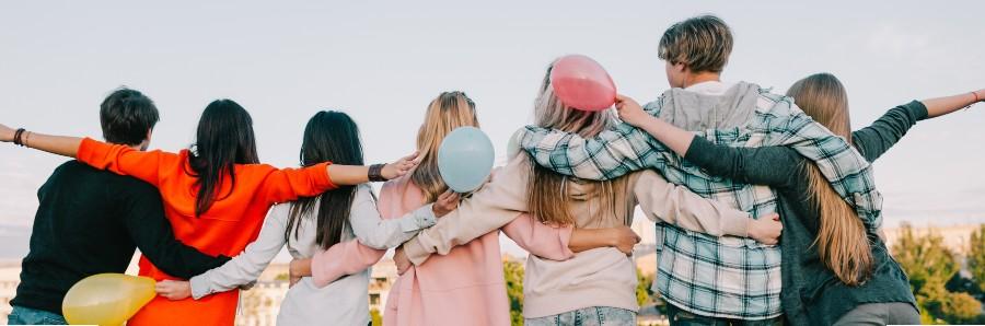 Adolescenti abbracciati