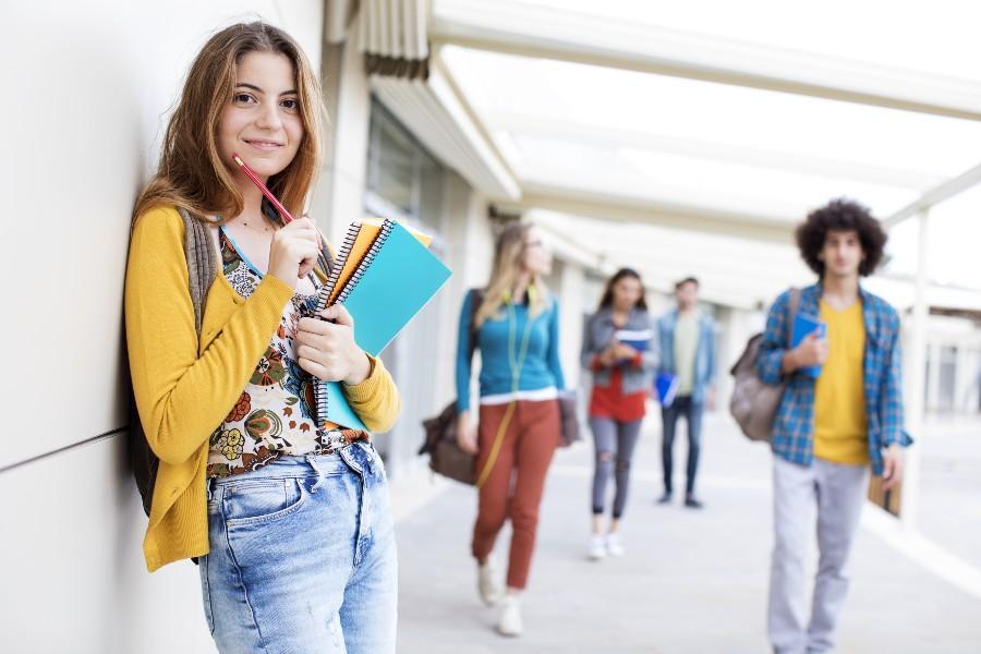 Adolescente all'uscita di scuola