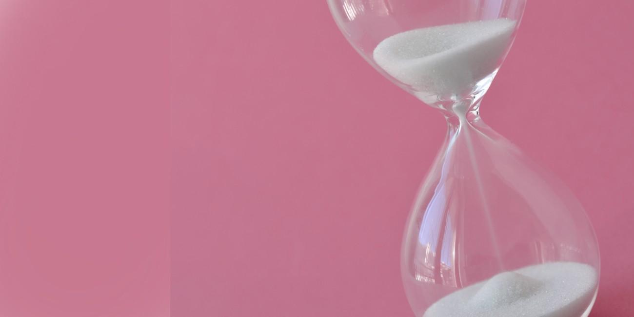 premenopausa e fertilità - concept con clessidra