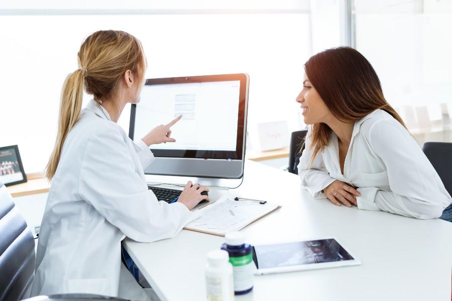 premenopausa e fertilità - concept con donna durante consulenza ginecologica